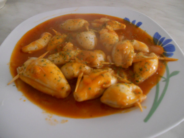 Calamares rellenos en salsa de tomate recet zate - Chipirones rellenos en salsa de tomate ...