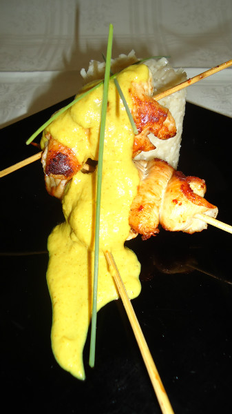 BROCHETAS DE POLLO AL CURRY CON ARROZ PILAFF
