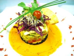 receta Pipirrana a la Yerbabuena con salmorejo, arroz negro biológico, guacamole y picadillo de verduras